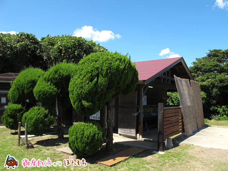 観光農園キャンプ村の協同炊事場とシャワー室~管理棟と同じく当キャンプ場のイメージ的な建屋です。~