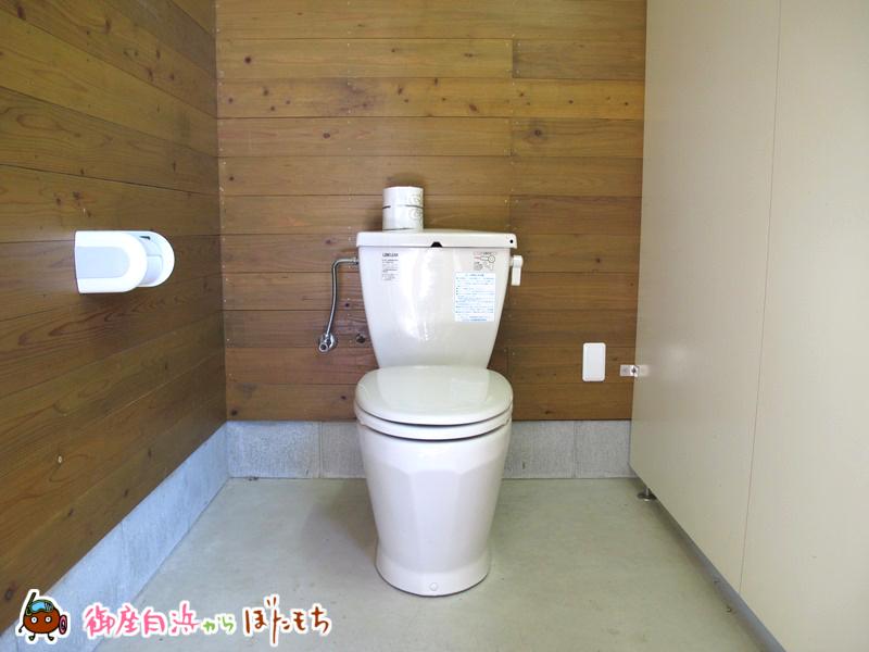 観光農園キャンプ村の水洗トイレ~男女それぞれ分かれており、非常に清潔感のあるトイレです。女性トイレのみウォシュレット付きです。~