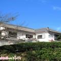 御座白浜海水浴場から徒歩数分に位置する民宿松栄荘は小高い丘の上に位置し、夜間には瓶玉が点灯し幻想的な空間になります。