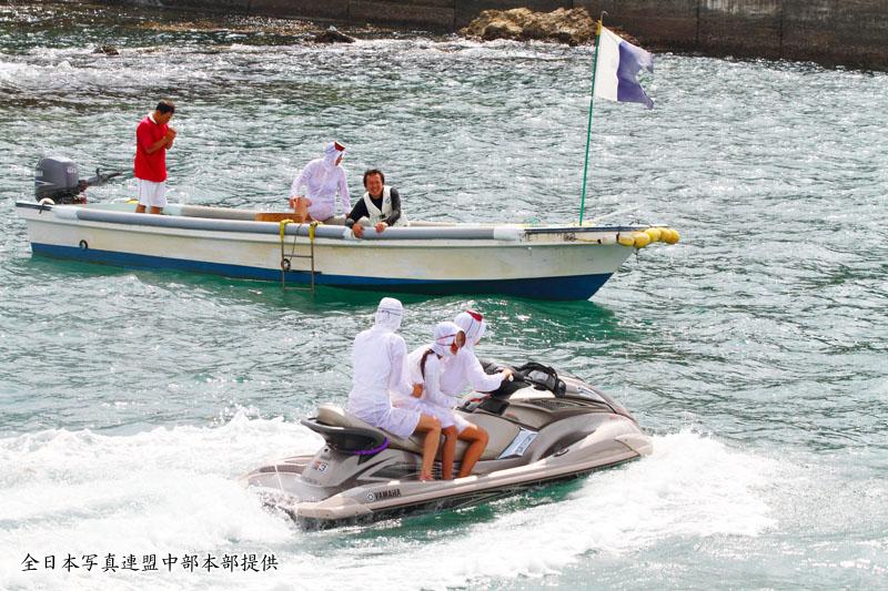 御座漁港の水上バイクと海女~全日本写真連盟中部本部のご提供~