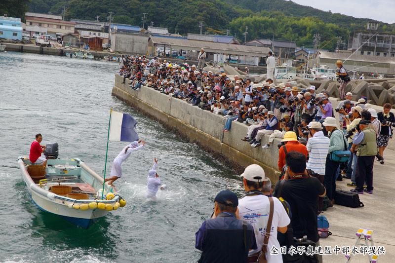 御座漁港飛び込む海女~全日本写真連盟中部本部のご提供~