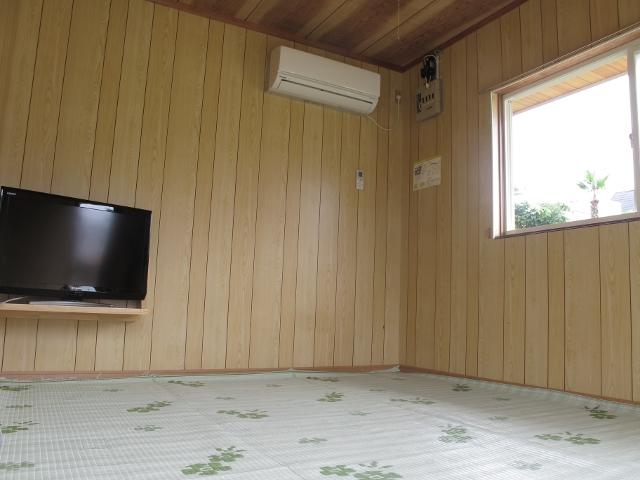 御座白浜はまゆうバンガローの黒いバンガロー10,000円~の室内