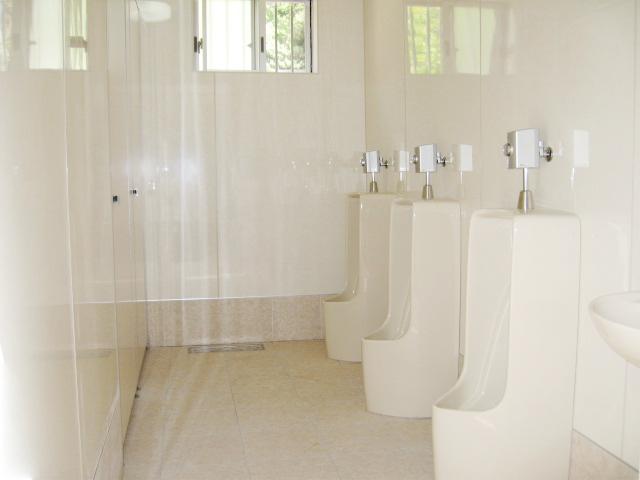 御座白浜はまゆうバンガローの男性用水洗トイレルーム