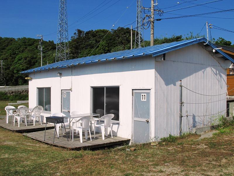 御座白浜キャンプ場の古民家風バンガローの外観
