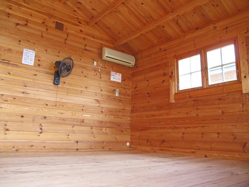 御座白浜キャンプ場のログハウス8帖タイプの室内
