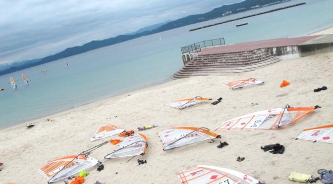 御座白浜海水浴場に並ぶウィンドサーフィンのマストやボード